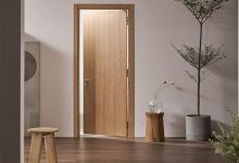 Cửa nhà vệ sinh làm bằng gỗ là phổ biến nhất